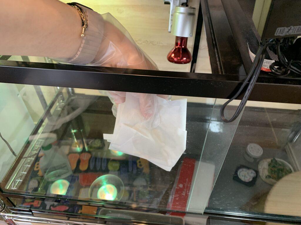 ケージのガラス面を掃除する様子